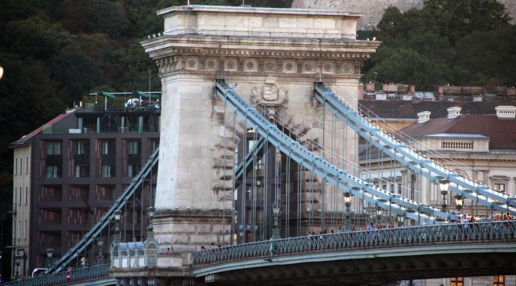 De imposante Kettingbrug van Boedapest met druk voetgangersverkeer.