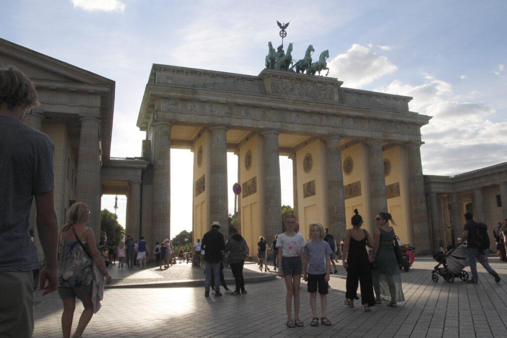 De Brandenburger Tor bij avond. Marije en Wietse poseren gewillig voor de verplichte foto.