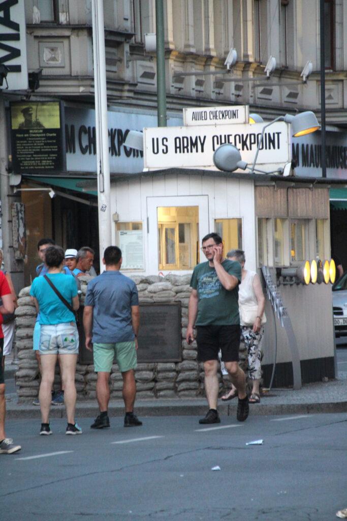 Een replica van Checkpoint Charlie. Nu een punt waar vooral veel toeristen als een soort kermisattractie de beste foto willen maken.