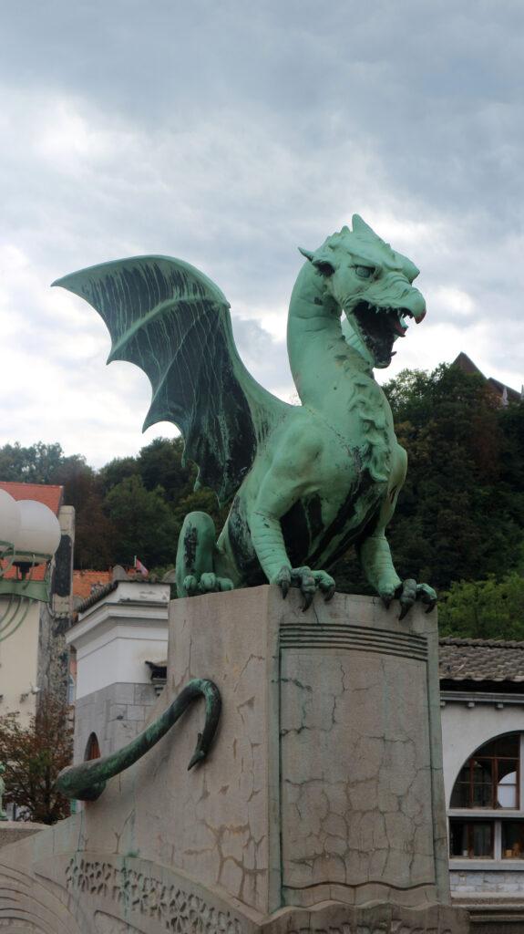 De drakenbrug met zijn grote kopergroene draken.