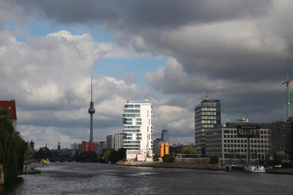 Vanaf een brug over de Spree kijk je zo naar de Fernsehturm op de Alexanderplatz. De Fernsehturm is een soort naald met een bol halverwege en derhalve een iconisch gebouw voor de skyline van Berlijn.