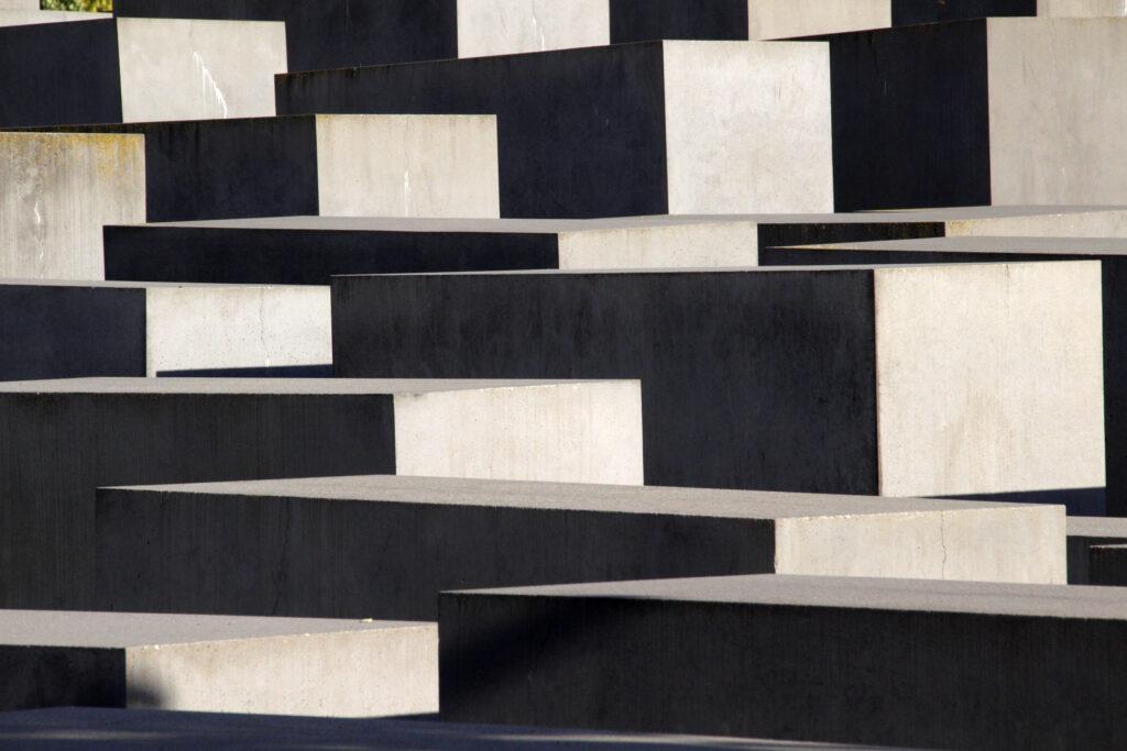 Betonblokken met schaduw van het Holocaust monument in Berlijn.