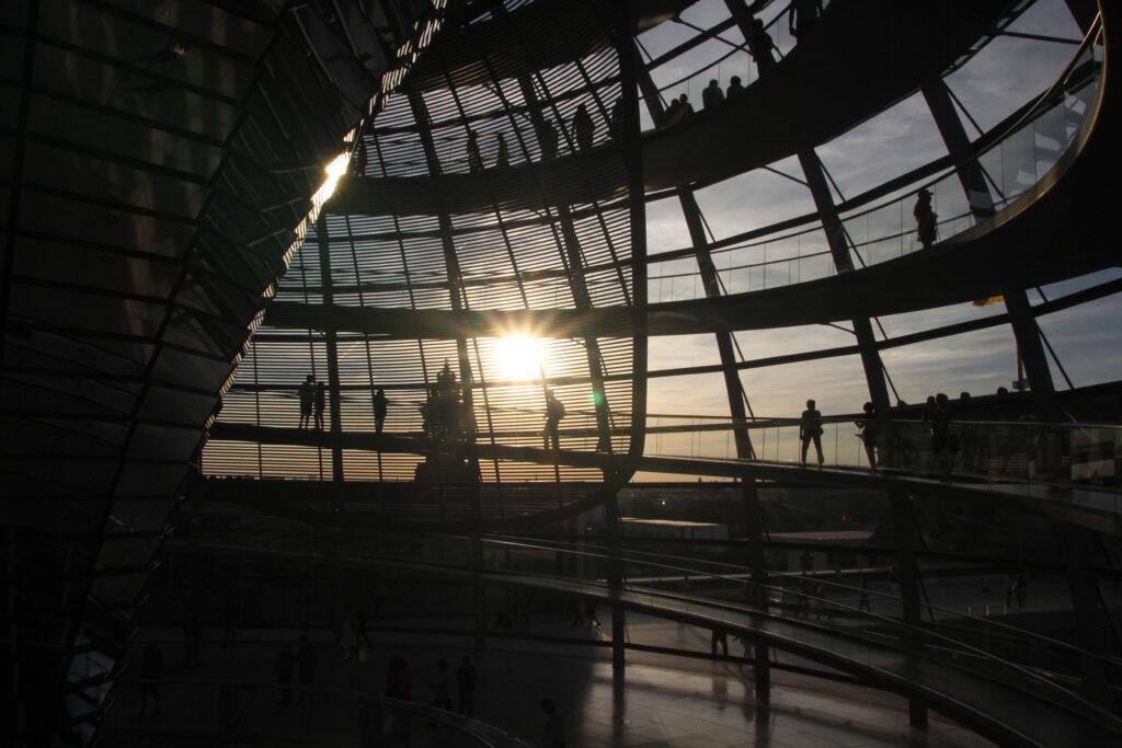 In de Reichstagkoepel. Door het tegenlicht is de koepel en zijn bezoekers volledig in silhouetten.