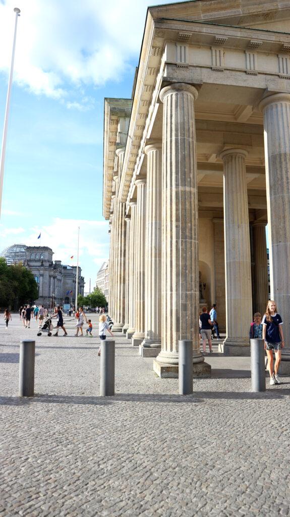 Vanaf de zijkant van de Brandenburger Tor kijk je zo de straat in naar de Reichstag. Drie dingen om te doen in Berlijn dicht bij elkaar. Plan ze samen.