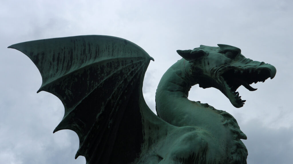 Detail van de kop en de vleugel van een van de draken van de Drakenbrug in Ljublana.