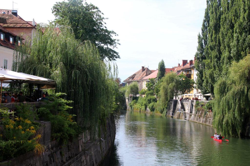 De Ljubljanica rivier is populair om te varen, kanoën en suppen.
