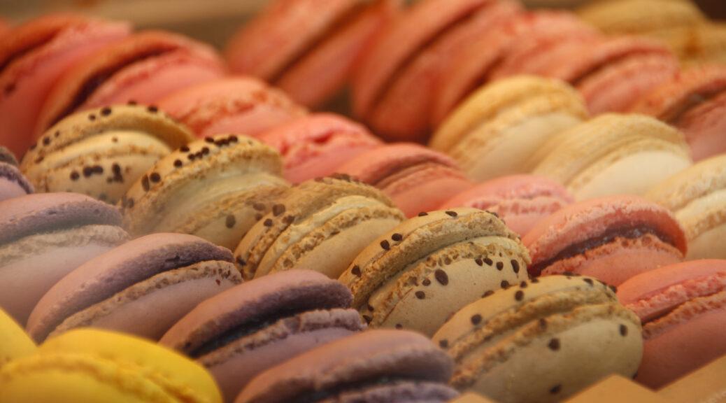 Macarons in alle kleuren van de regenboog