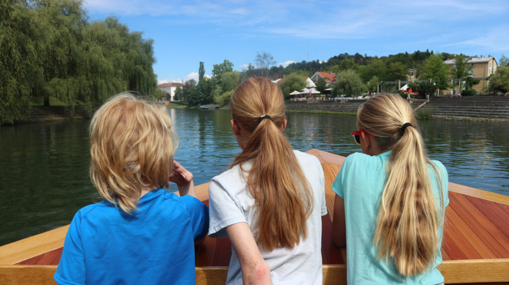 Samen op de punt van de rondvaartboot om te genieten van het uitzicht over de Ljubljanica rivier.