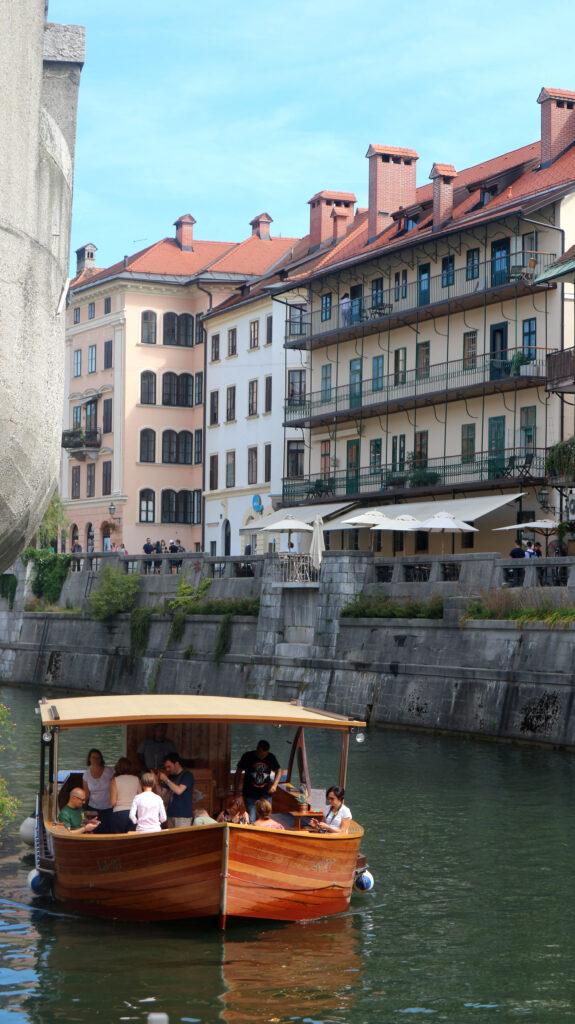 Varen in een Sloveens houten bootje over de Ljubljanica rivier.