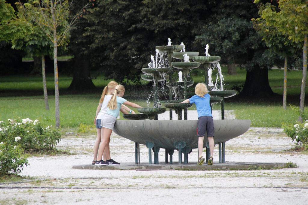 Spelen bij de fontein in het Tivoli Park in Ljubljana