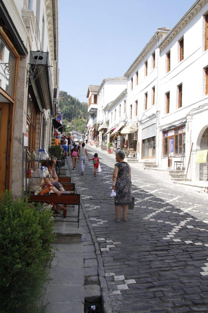 Heuveltje_op_straten_Gjirokastre