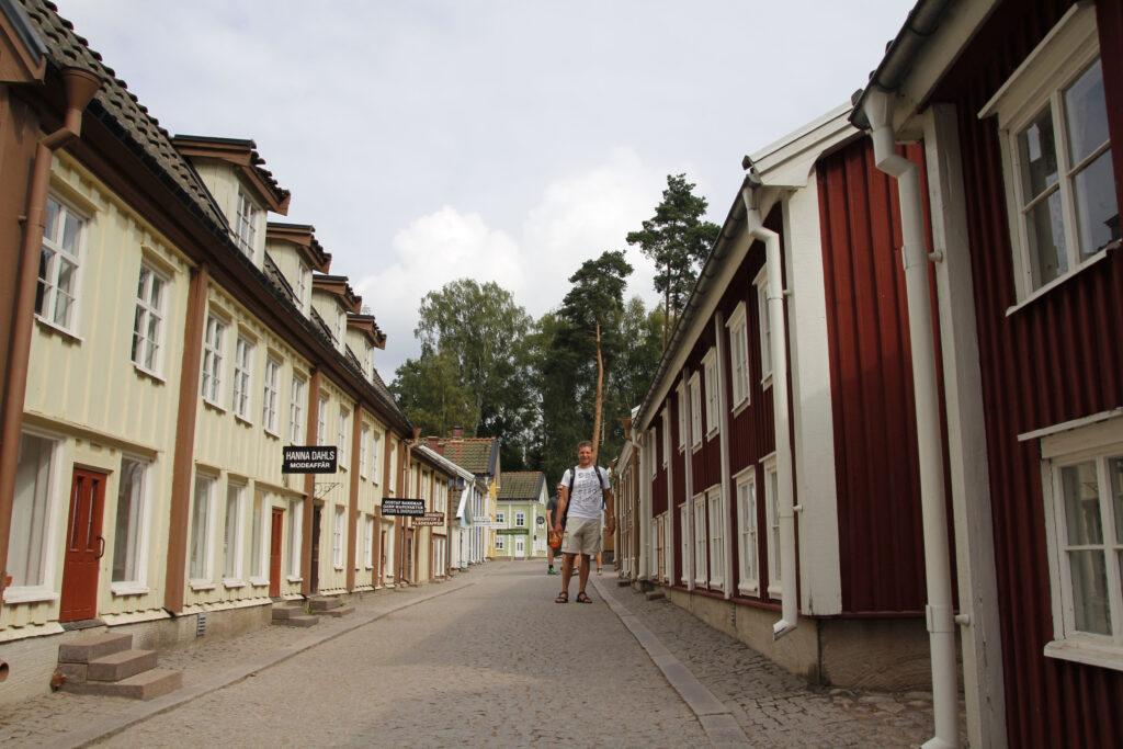 Arjan loopt door het Kleine, Kleine Dorp en komt met zijn hoofd tot de dakgoot.