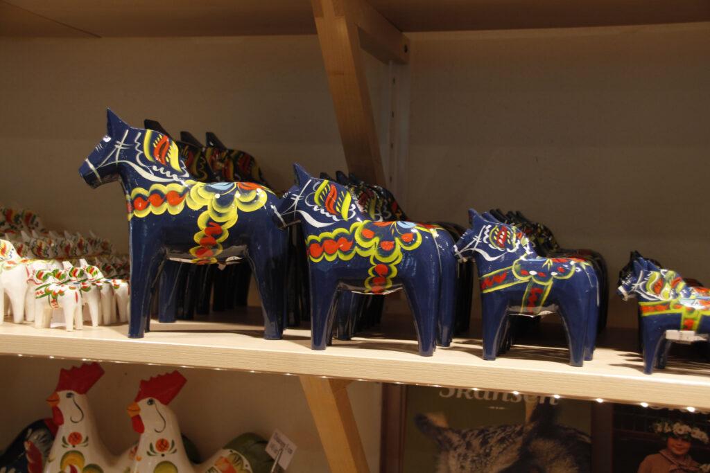 De beroemde Dalapaardjes zijn een gewild souvenir. Ze zijn te koop in diverse maten.