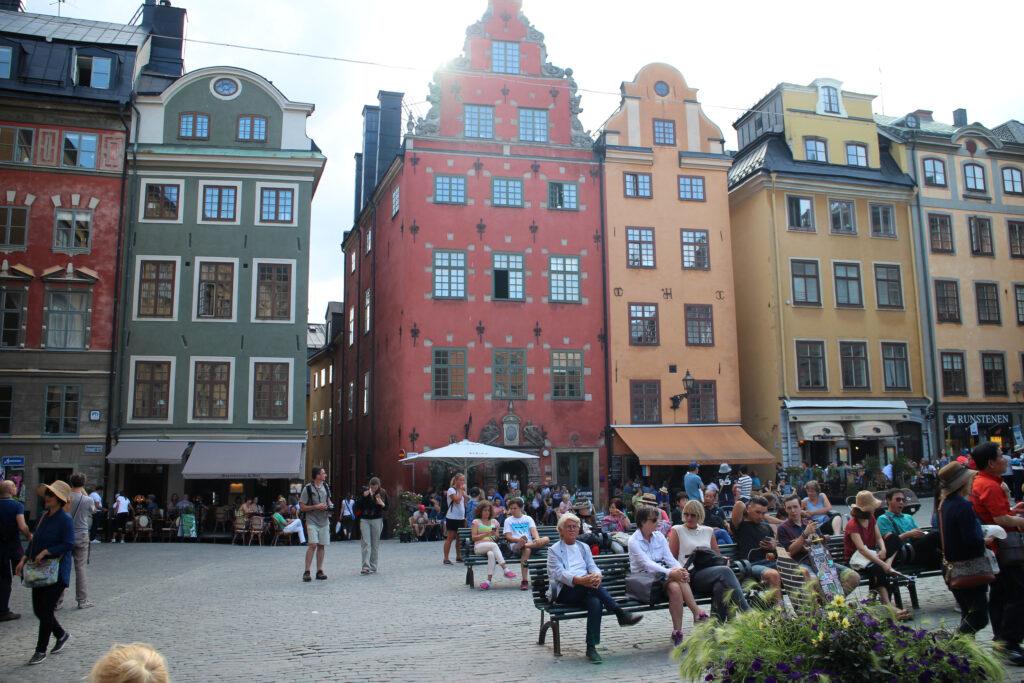 Gekleurde koopmanshuizen in het centrum van Stockholm aan het Stortorget.