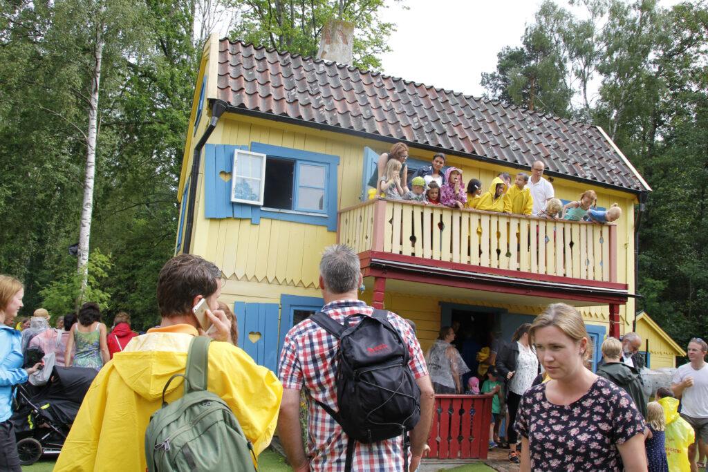 Drukte bij Villa Kakelbont. Vlak na een voorstelling. Veel mensen en het balkon van Villa Kakelbont puilt uit. Het is duidelijk de populairste attractie in Astrid Lindgrens Värld.