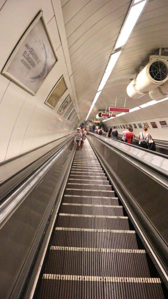 80 meter is wel een hele lange roltrap! Boedapest heeft ze, als je maar gebruik maakt van de metro.