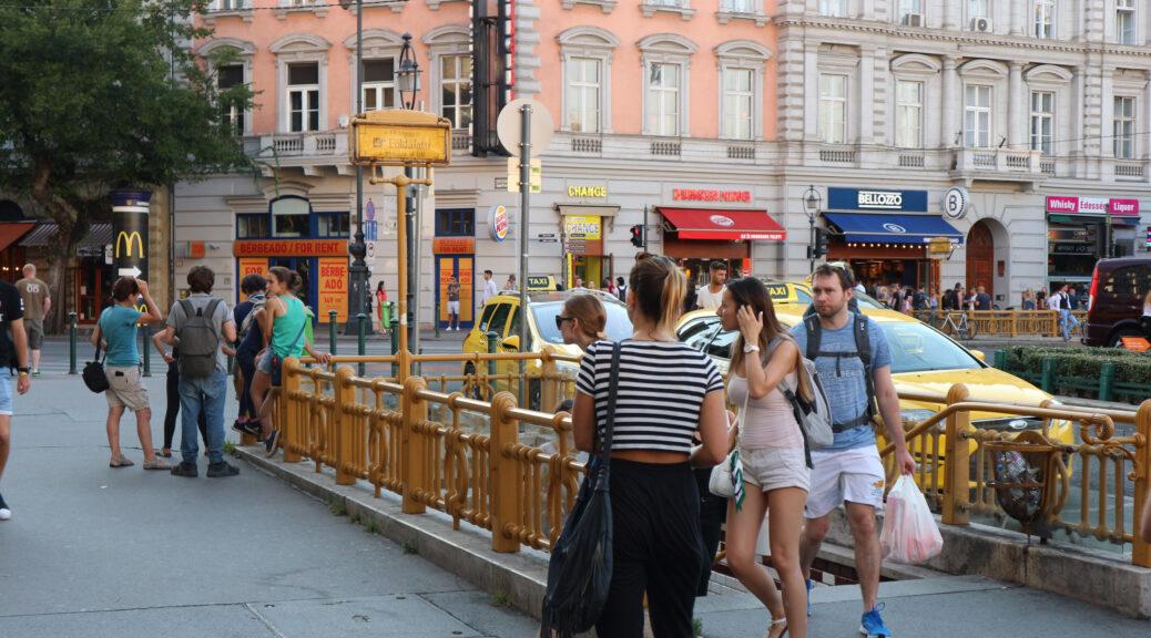 Gele ingang van een metrostation in het hart van Boedapest.