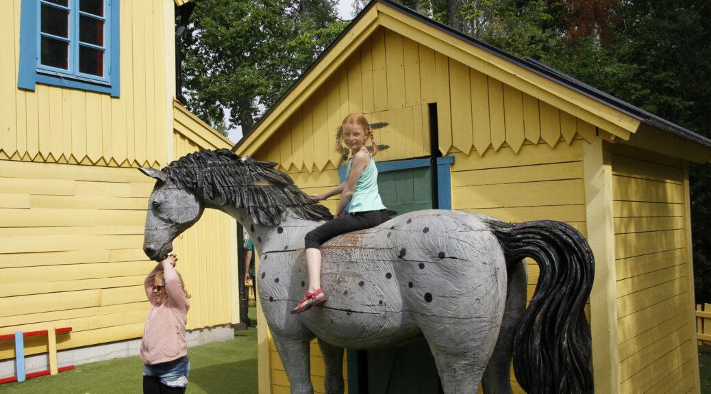 Marije zit als Pippi Langkous op Witje, het paard van Pippi.