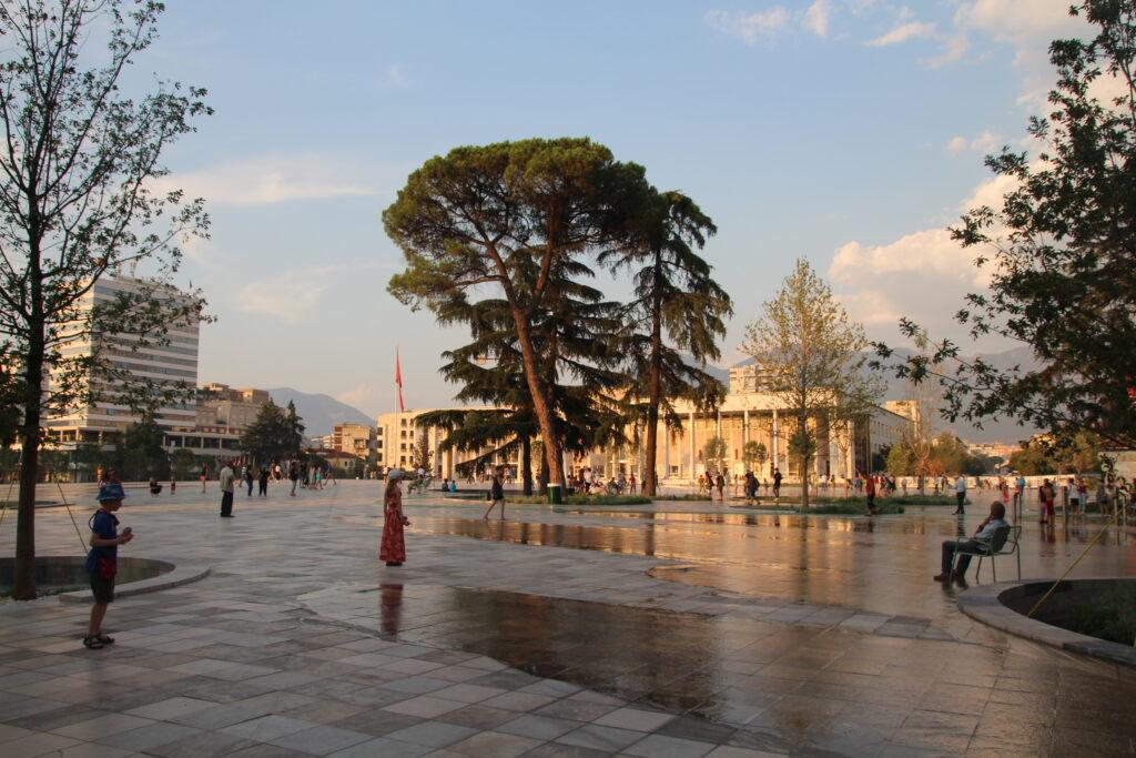 Het kan ook rustig zijn op het Skanderbegplein. De grote bomen zijn behouden gebleven en zorgen voor schaduw.