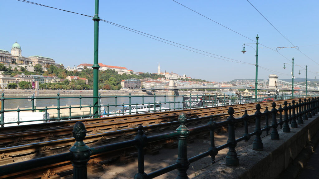 De tramlijn vlak langs de Donau met zicht op de Kettingbrug.