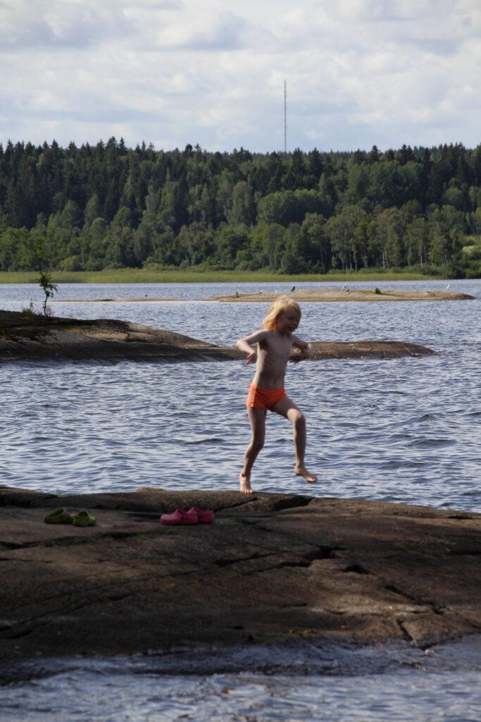 Wietse rent naar het water om te gaan zwemmen. Midden tussen de bossen.