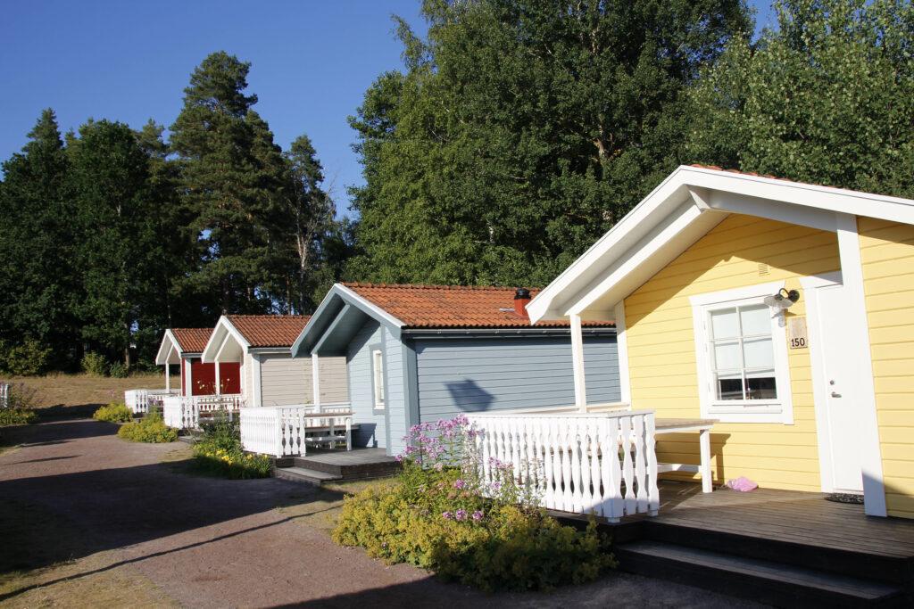 Gekleurde huisjes met een kleine veranda.