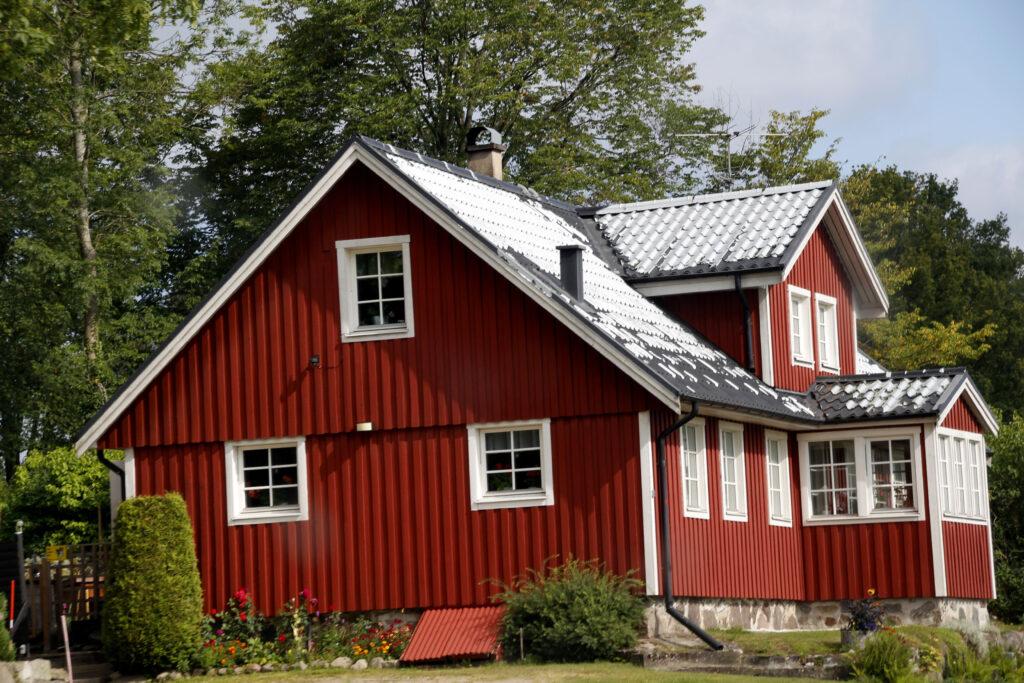Zweeds huis in Falunrot. Met Witte kozijnen.