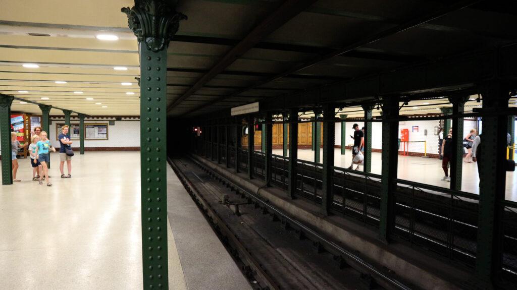 Wachten op de metro in Boedapest.