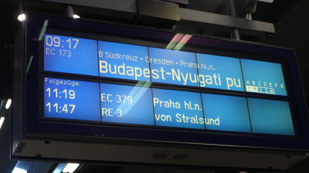 Bord op perron met vertrektijd trein naar Boedapest.