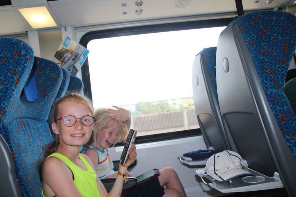 Marije en Wietse hebben lol met de tablet en telefoon in de trein. Ze vervelen zich geen moment.