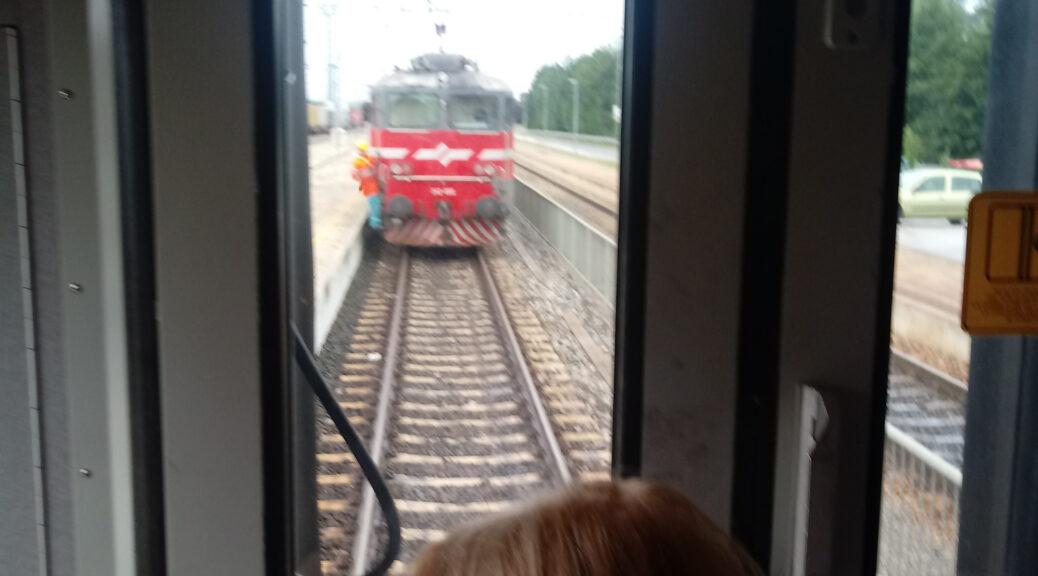 Wietse kijkt vanuit de trein hoe er een treinstel aan de trein wordt gekoppeld.