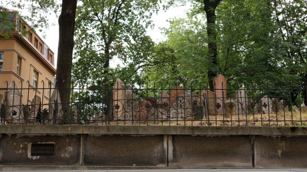 De Joodse begraafplaats in Praag is een van de dingen die wij niet bezocht hebben, maar ga er gerust een kijkje nemen.