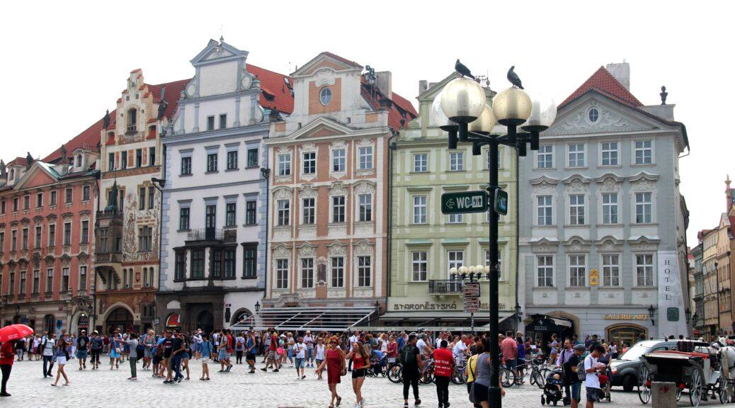 Er staan prachtige pastelkleurige huizen op het Oude Stadsplein van Praag, een van de leuke dingen om in Praag te doen.