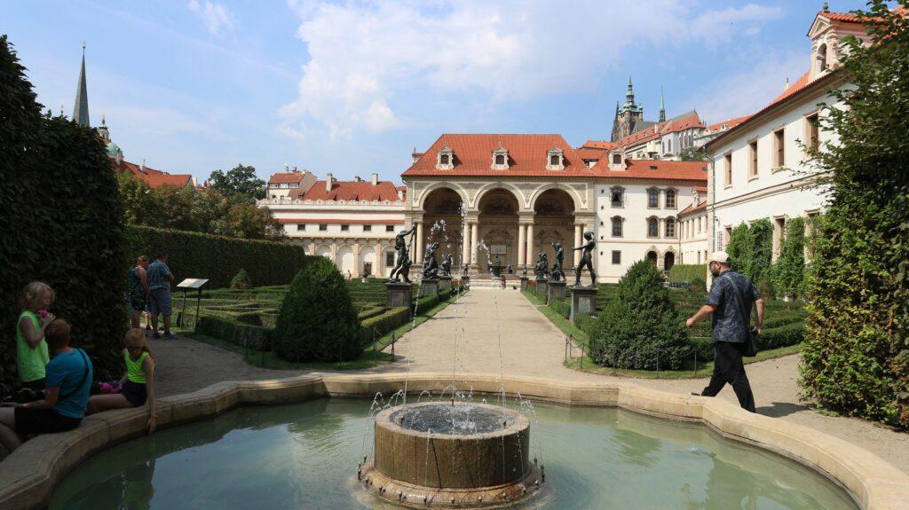 De barokke tuin hoort bij het Wallenstein paleis.