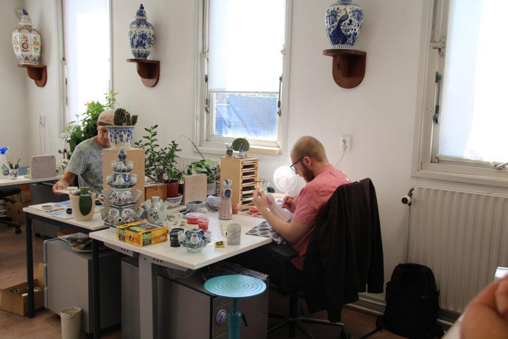 Schilders aan het werk bij De PAAUW Delfts Blauw aardewerk fabriek.