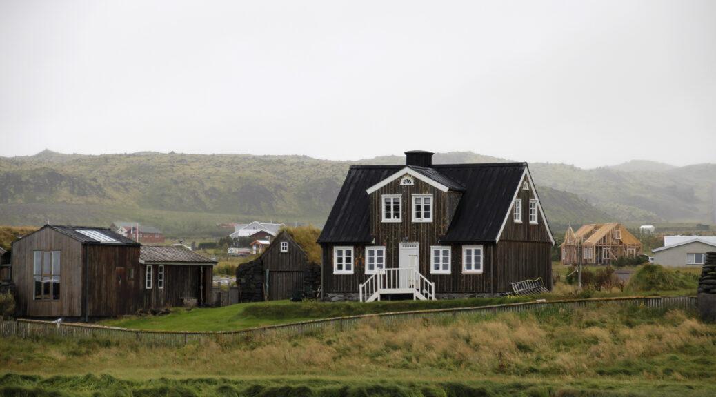 Het landschap dat je verwacht aan te treffen tijdens je route van twee weken in IJsland: mistig, houten huizen, veel gras en heuvels en geen boom te bekennen. Verlaten.