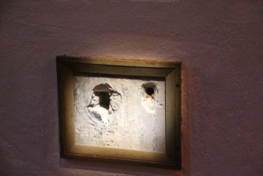 De kogelgaten zitten nog steeds in de muur op de plek waar Willem van Oranje, de vader des vaderlands, is neergeschoten. Er is een lijstje en plexiglas overheen geplaatst om te voorkomen dat iedereen ze even wil aanraken.