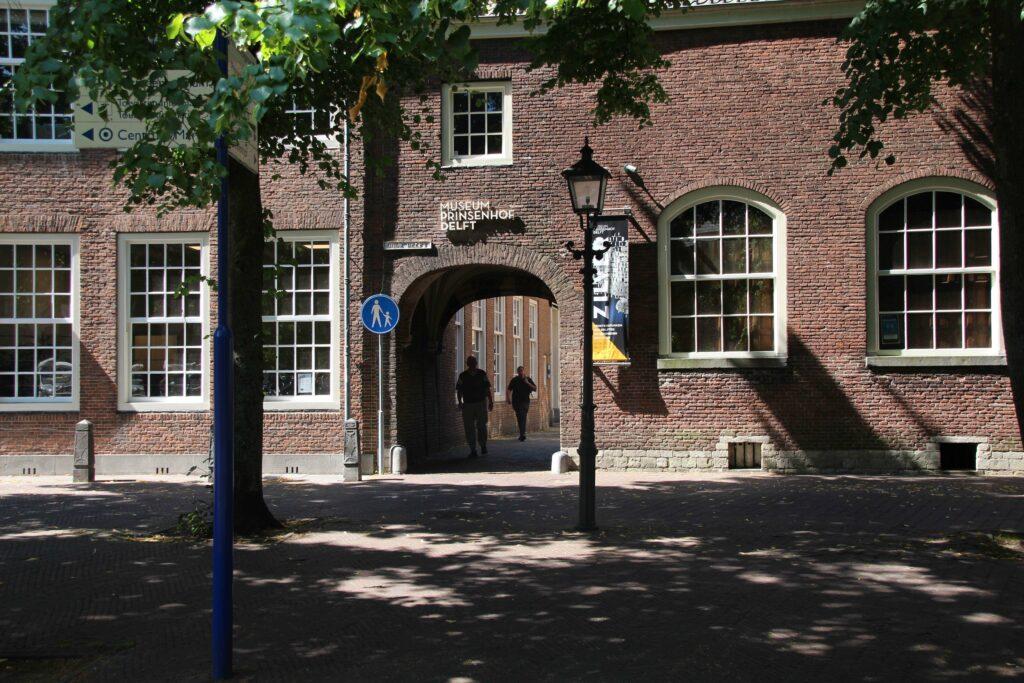 De voorkant van Museum Prinsenhof in Delft. Je gaat onder het poortje door en komt dan op een binnenplaats, daar zit de ingang van het Museum.