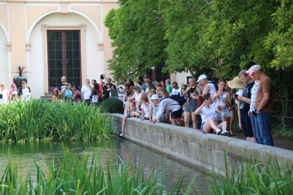 Als je de Wallenstein Garden bezoekt, bereidt je dan voor op de diverse tourgroups die met hun reisleider deze tuin ook bezoeken.