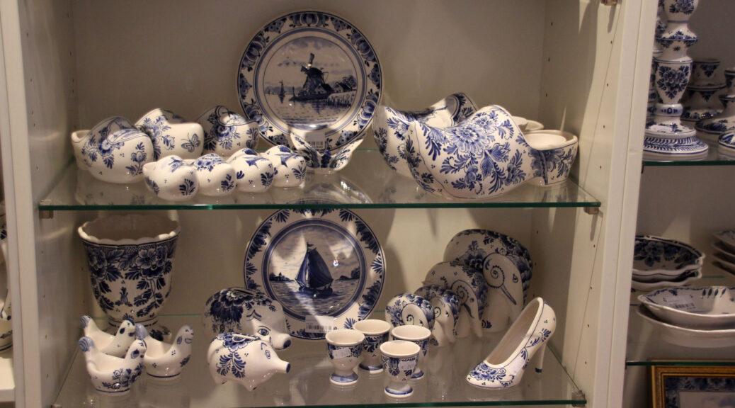 Delfts Blauw aardewerk wat de toerist graag wil kopen. Klompen, beschilderde bordjes met molens en zeilboten.