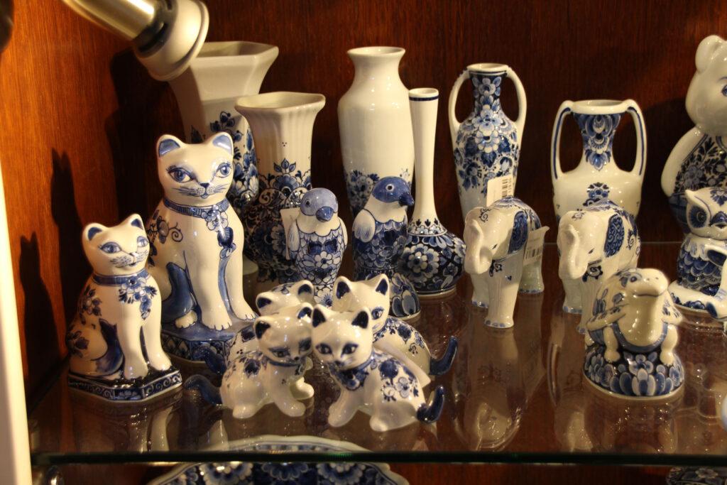 Delfts Blauw aardewerk, moderne stijl. Katten, parkieten, olifanten en een schildpadje.