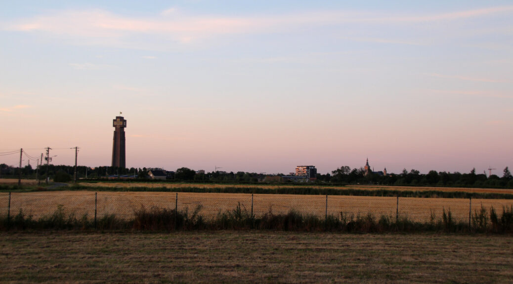 Zonsondergang bij camping De IJzerhoeve met zicht op de IJzertoren.