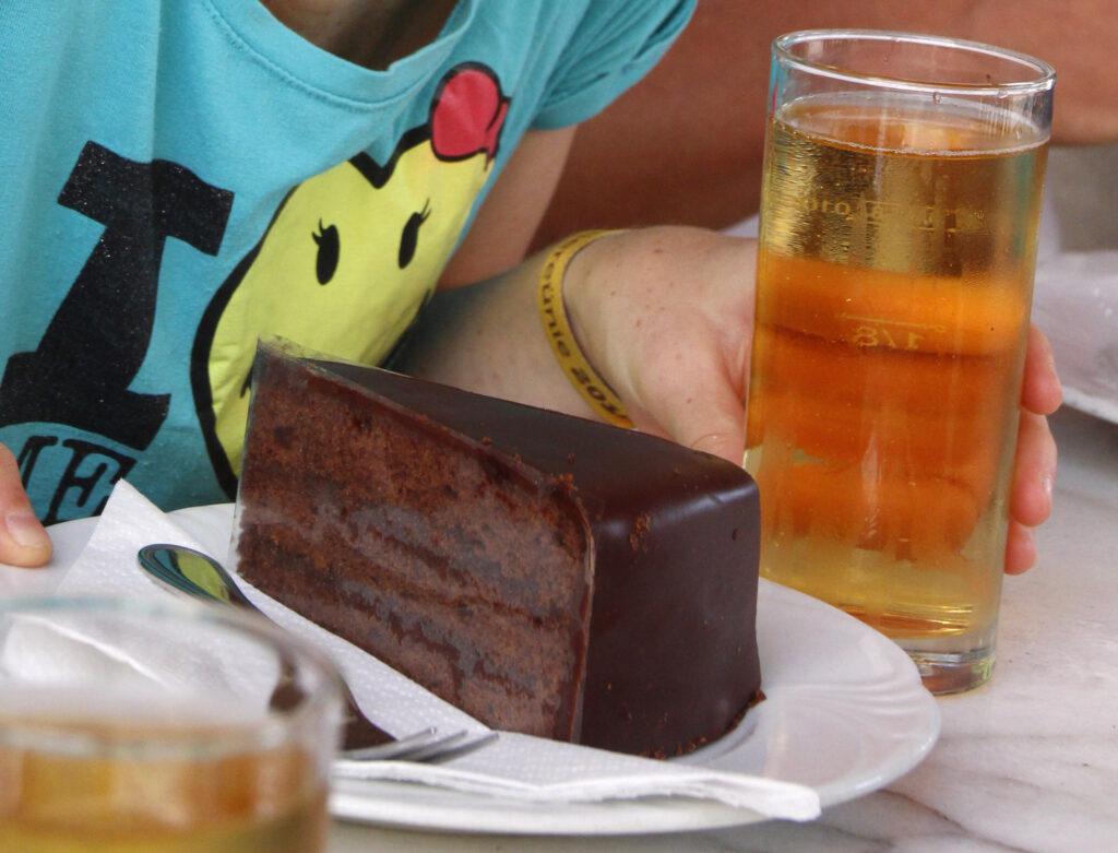 Onmisbaar in Wenen: de Sachertorte. Chocoladecake met abrikozenmarmelade en een dikke laag chocoladeglazuur.