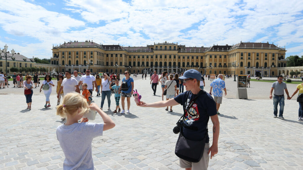 Wietse zet Slakkie op de foto voor Schloss Schönbrunn.