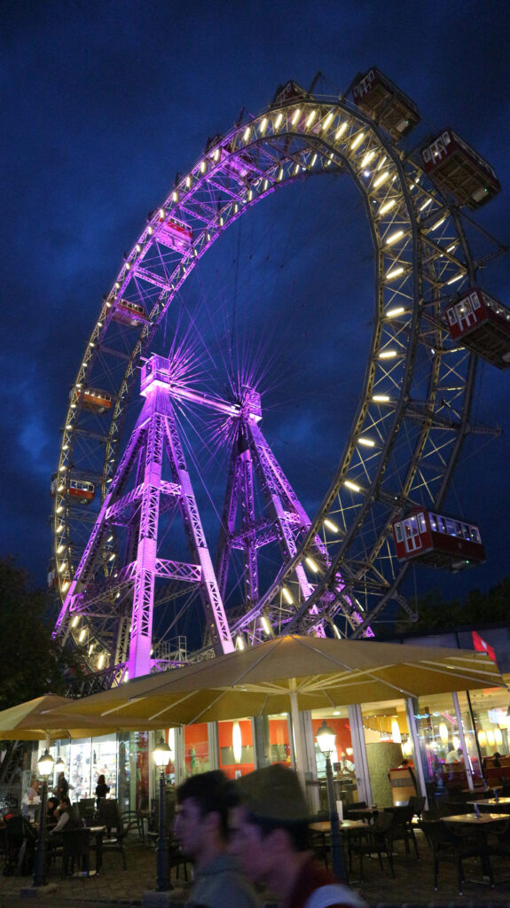 Het Wiener Riesenrad 's avonds in het donker. Het hoogtepunt van een perfecte dag in Wenen.