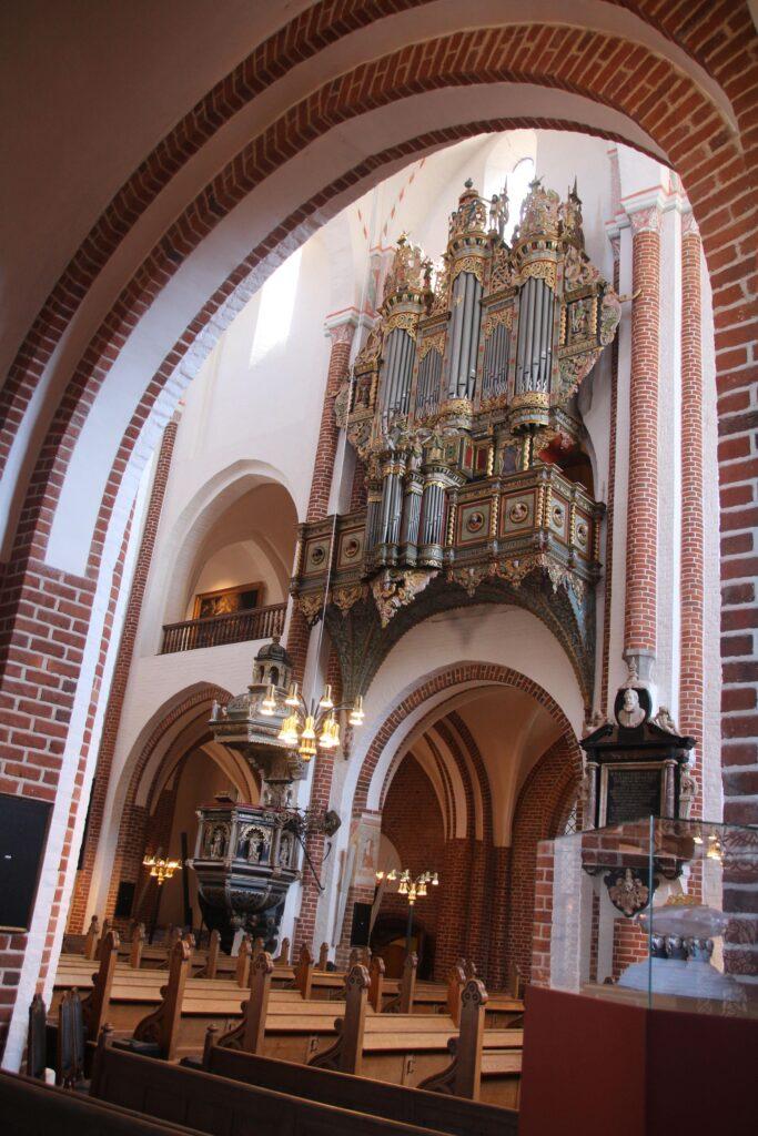 Zicht op de preekstoel en het orgel van de kathedraal van Roskilde.