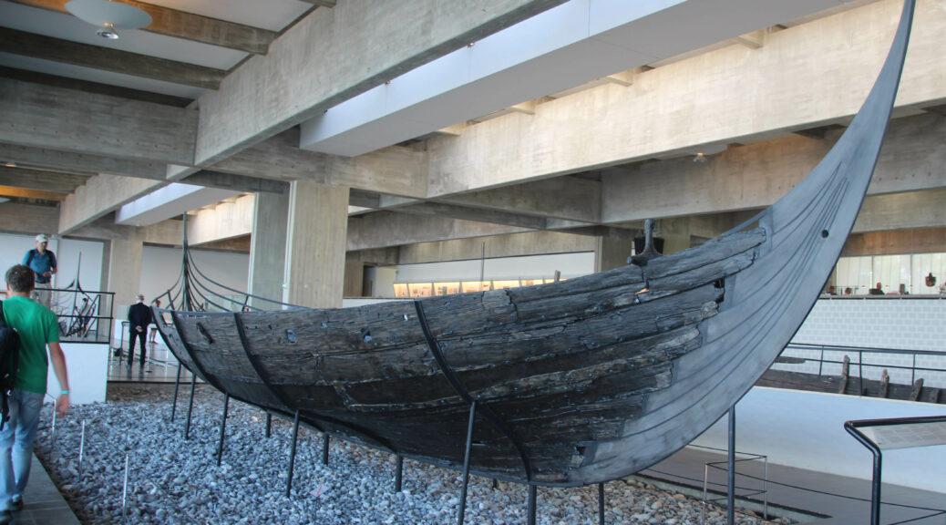 Een echt Vikingschip ziet er zwart geteerd toch een stuk anders uit dan verwacht. Meer als een praam.