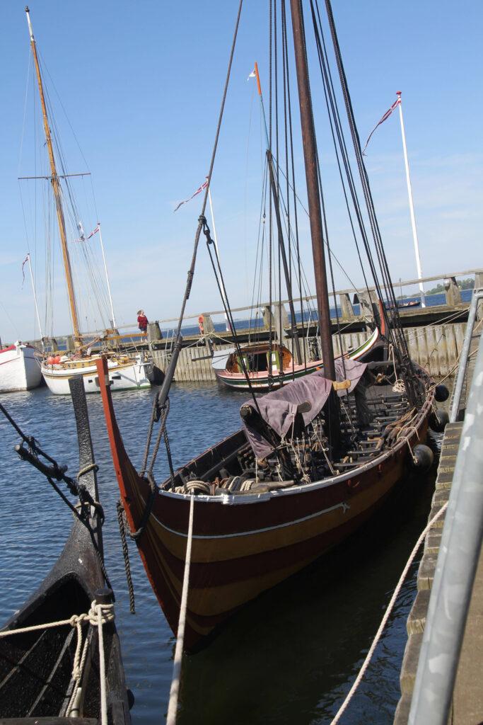 Buiten in de haven zijn nog meer schepen te bewonderen.