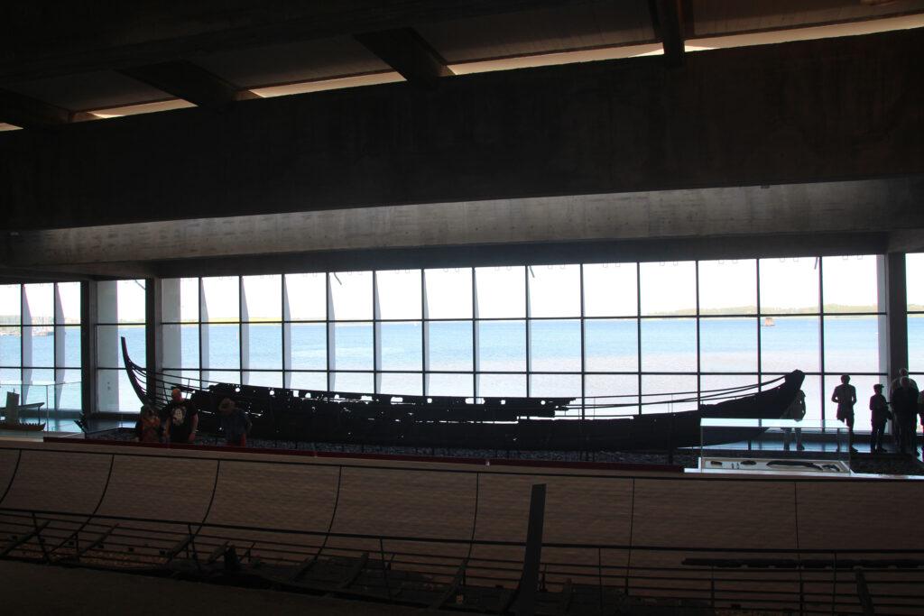 Het museum is zo gebouwd dat de vijf originele schepen toon gesteld staan met zicht op de Roskildefjord waar ze gevonden zijn.