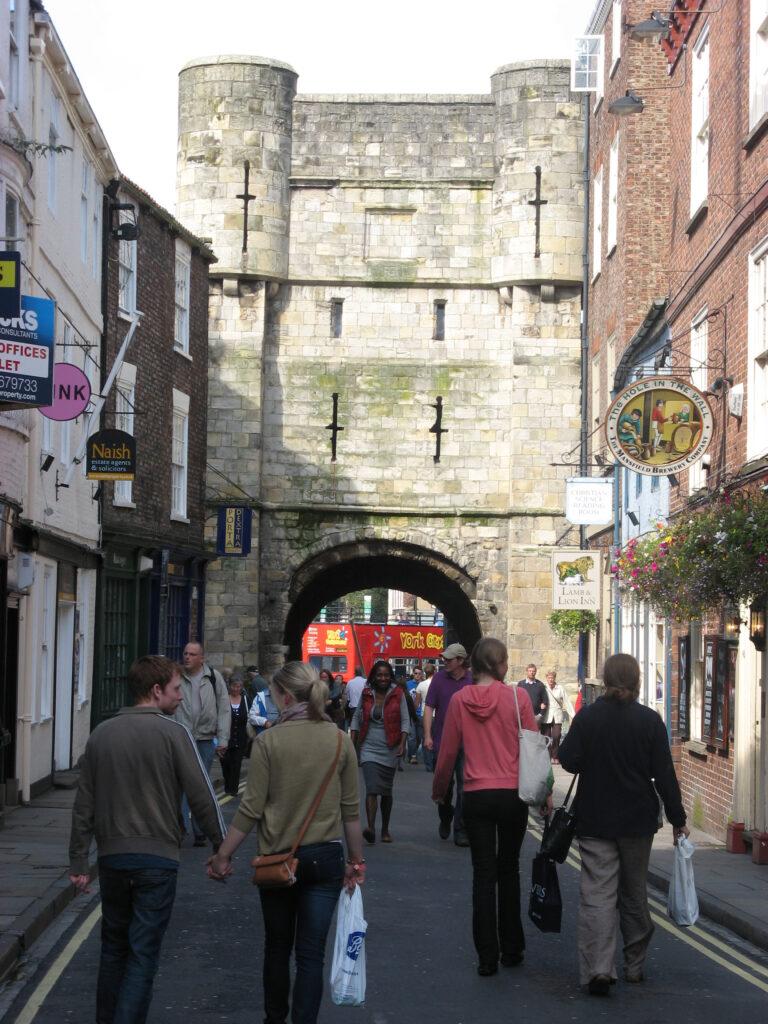 De stadmuren van York staan grotendeels nog overeind.
